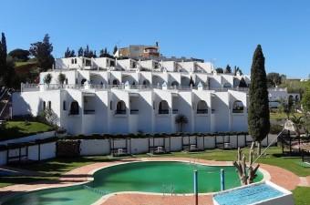 Hôtel/complexe touristique situé dans la campagne près de Tétouan. La propriété est en excellent état et offre 5 suites et 12 bungalows d'une chambre plus 7 autres en construction.