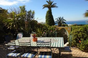 Superbe appartement de plain-pied proposant un hébergement luxueux et spacieux et bénéficiant d'un beau jardin et d'une vue exceptionnelle sur la mer.