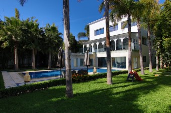 New on the market. Young Associates is glad to propose you this fabulous 5-reception rooms villa for a unique experience in Morocco.