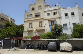 This is a very interesting investment opportunity, currently arranged as 5 commercial units and 2 independent houses. The property would make an excellent maison d'hote. Both the houses have amazing 360° views over the bay of Tangier and the entire city.