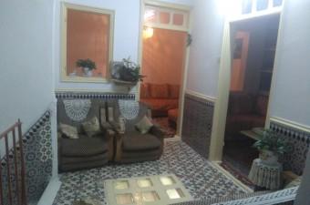 À 5 minutes à pied du port de Tanger, dans un quartier très calme au coeur de la médina, cette maison traditionnelle bénéficie d'un peu plus de 40m² par étage.