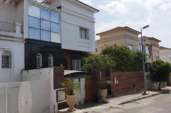 Charmante maison de ville de 3 chambres idéalement située avec un accès facile à la ville, à la Zone Franche et au Cap Spartel, dans un quartier calme et un complexe sécurisé.