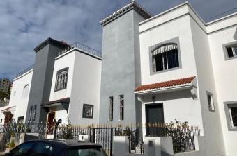 Maison de ville dans un complexe privé sécurisé à côté de la route principale menant au supermarché AswakSalam.